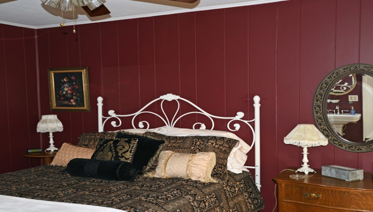 1892 Seneca Inn Bnb inviting bedroom