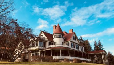 Idlwilde Inn bnb majestic exterior on hilltop