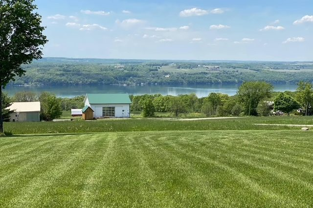 Vacation FLX Barn vista w lake